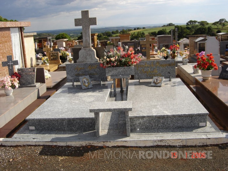 Jazigo Dr. Seyboth e esposa Ingrun, no cemitério público da cidade de Marechal Cândido Rondon, em 2006.