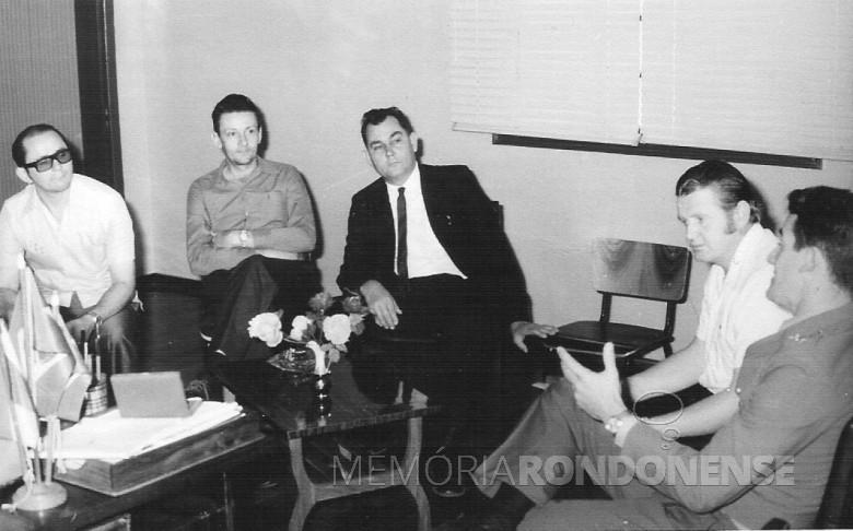 Os vereadores Nori Pooter, Ilvo Grellmann (do distrito de Entre Rios, Berdinand Spitzer e Harry Feiden, em 1975. Outra pessoa não identificada.