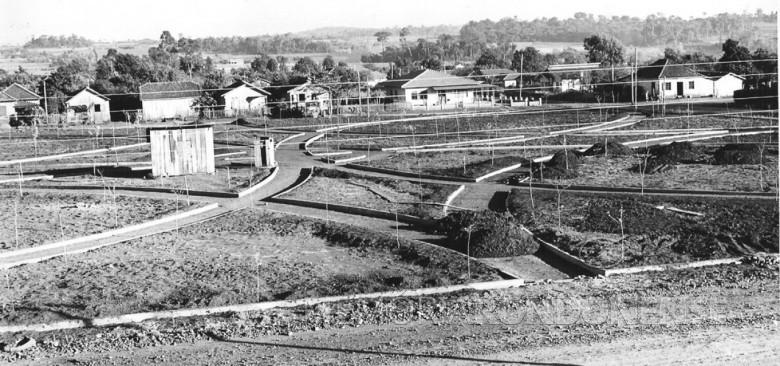 Construção da Praça Dealmo Selmiro Poersch, na sede municipal de Marechal Cândido Rondon.  Ao fundo, à direita, na esquina, a extinta panificadora  de ... Hachmann.