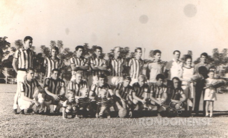 Outra formação de jogadores do Oeste Paraná FC, década de 1960.  Da esquerda a direita:  1º - Dimas Batisti, 2º - não identificado, 3º - Guiñones (de origem paraguaia), 4º e 5º - não identificados, 6º - Rubens Luersen (foi por muitos anos contador da prefeitura de Marechal Cândido Rondon), 7º - Atilio Debona, 8º - Arno Roesler, 9ª - senhora não identificada, e 10º - Alfredo Bausewein.  Agachados:  1º e 2º - não agachados, 3º - Márcio Lemke (   Vaca Braba),  4º - não identificado, 6º - Harraldo Altmann, 7º - Rui Luersen e 8º e 9º - não identificados.  Menina também não identificada.