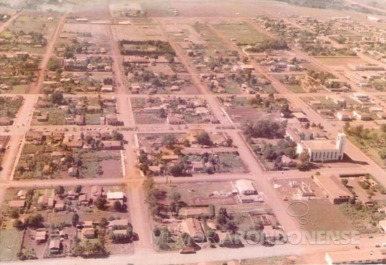 Vista aérea da Igreja Evangélica Martin Luther, Marechal Cândido Rondon. em 1977.