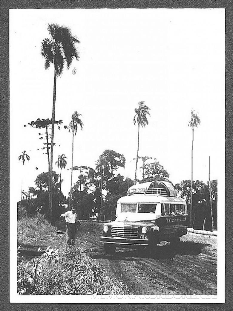 Ônibus em viagem de Ipira, SC, à então General Rondon,  em 1953. Nesta