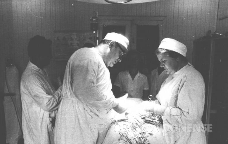 Dr. Friedrich Rupprecht Seyboth em procedimento cirúrgico auxiliado pela esposa  Ingrun, em 1961.
