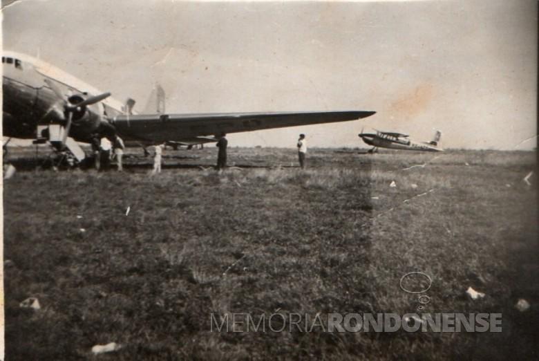 Alfredo Bausewein tomando avião no aeroporto de Toledo com destino a cidade de Erechim, no Rio Grande do Sul, no final da década de 1950.