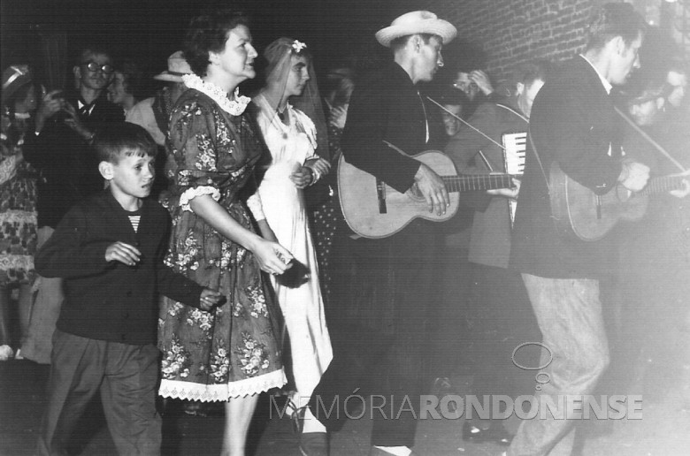 Festa junina, na sede municipal de Marechal Cândido Rodon. A senhora Ingrun Seyboth ( de vestido florido, ao lado da noiva), em  1964